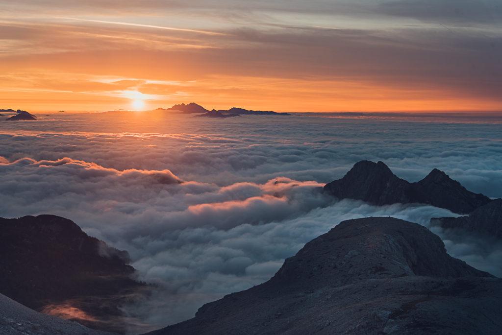 En Slovénie, coucher de soleil près du Mont Triglav